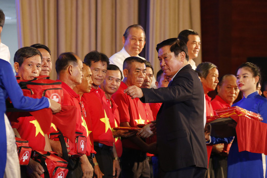 Thủ tướng cùng Báo Người Lao Động trao 10.000 lá cờ Tổ quốc cho ngư dân - Ảnh 3.