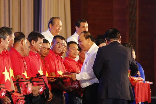Thủ tướng cùng Báo Người Lao Động trao 10.000 lá cờ Tổ quốc cho ngư dân - Ảnh 2.