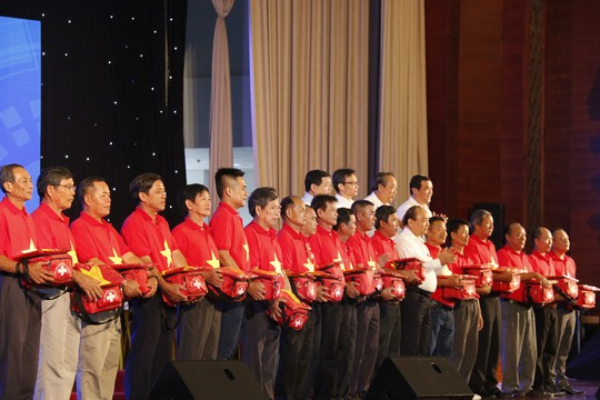 Thủ tướng cùng Báo Người Lao Động trao 10.000 lá cờ Tổ quốc cho ngư dân - Ảnh 6.