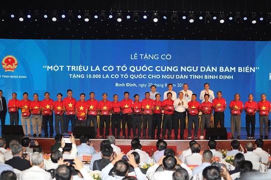 Thủ tướng cùng Báo Người Lao Động trao 10.000 lá cờ Tổ quốc cho ngư dân - Ảnh 5.