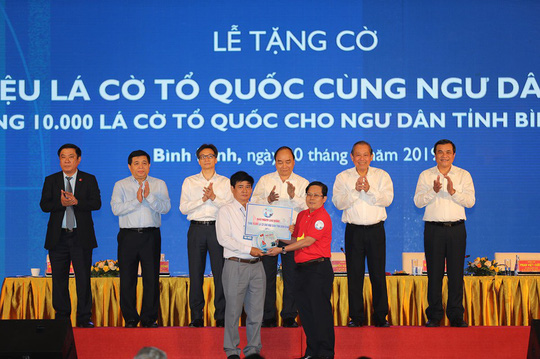 Thủ tướng cùng Báo Người Lao Động trao 10.000 lá cờ Tổ quốc cho ngư dân - Ảnh 7.
