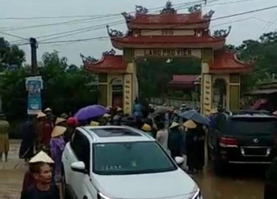 Clip dân vây nhóm côn đồ đi xe Lexus 570 đập phá cổng làng, hàng chục công an tới giải vây - Ảnh 2.