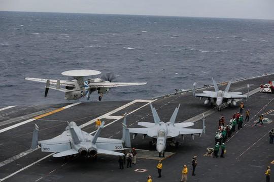 Mỹ: 4 tiêm kích bị đâm hỏng trên tàu sân bay - Ảnh 1.