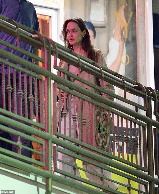 Pax Thiên rắn rỏi, mạnh khỏe bên mẹ nuôi Angelina Jolie - Ảnh 2.