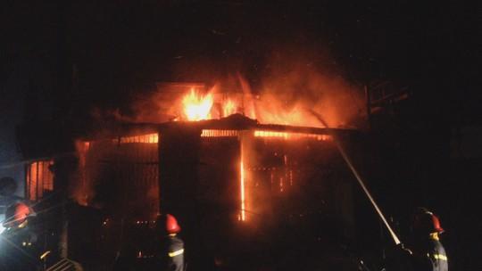 Hỏa hoạn thiêu rụi 2 ki ốt trong đêm khi cả nhà đang ngủ bên trong - Ảnh 1.