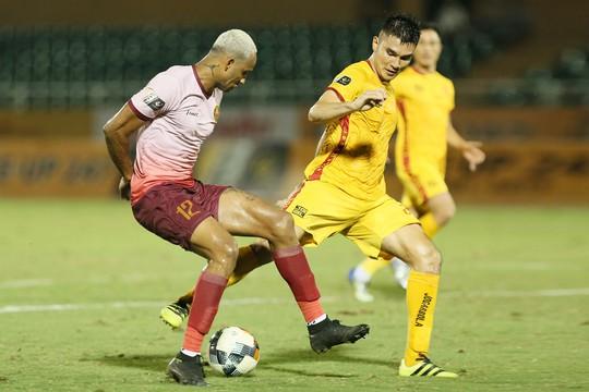 Cầu thủ Thanh Hoá khóc nức nở sau trận thua Sài Gòn FC - Ảnh 4.