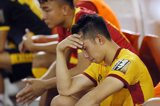Cầu thủ Thanh Hoá khóc nức nở sau trận thua Sài Gòn FC - Ảnh 9.