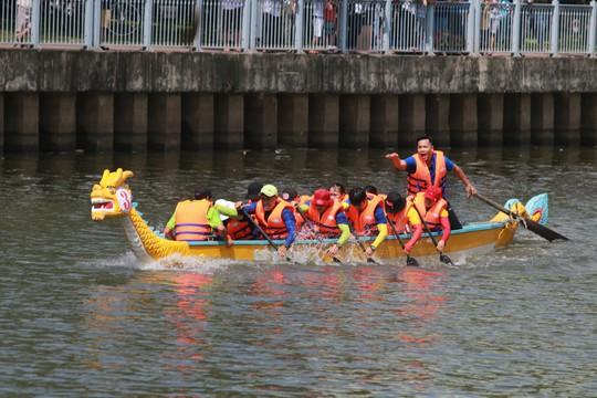 Tưng bừng đua thuyền rồng mừng Quốc khánh trên kênh Nhiêu Lộc - Ảnh 4.