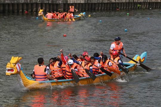 Tưng bừng đua thuyền rồng mừng Quốc khánh trên kênh Nhiêu Lộc - Ảnh 5.