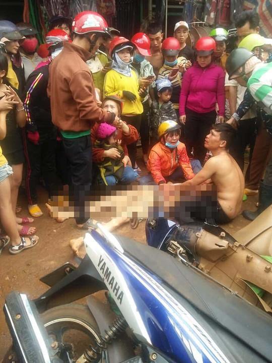 Hàng trăm người vây xe CSGT vì cho rằng truy đuổi gây tai nạn - Ảnh 2.