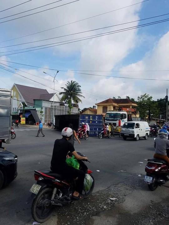 VIDEO: Xe tải ôm cua, thùng container rớt suýt đè người đi đường - Ảnh 2.
