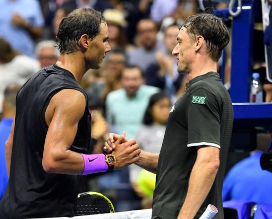 Nadal nhắn nhủ Federer, Djokovic bằng chiến thắng nhẹ ngày ra quân - Ảnh 1.