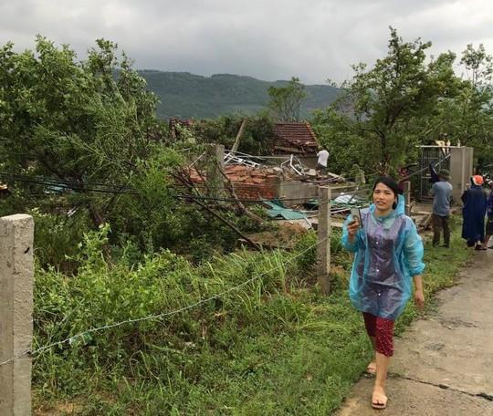 Lốc xoáy trước lúc bão vào, 41 nhà sập và tốc mái, 3 người bị thương - Ảnh 6.