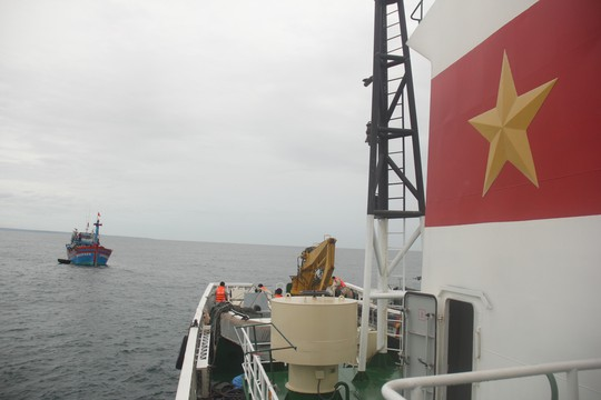 Cận cảnh lai dắt tàu cá cùng 14 thuyền viên gặp nạn trên biển - Ảnh 2.