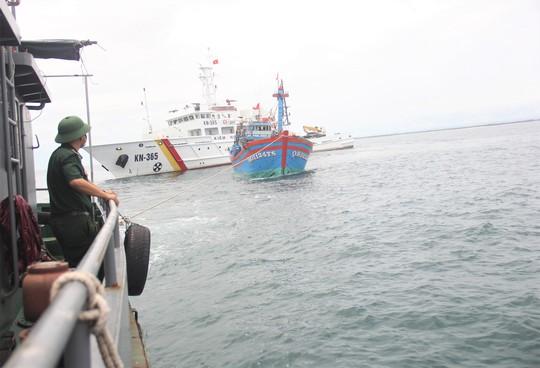 Cận cảnh lai dắt tàu cá cùng 14 thuyền viên gặp nạn trên biển - Ảnh 5.