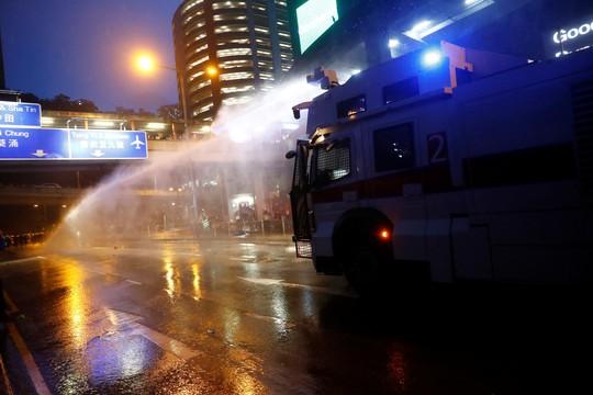 Hồng Kông siết chặt an ninh, người biểu tình thách thức cảnh sát - Ảnh 5.