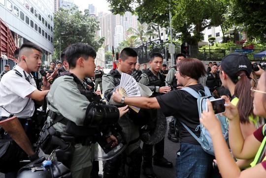 Hồng Kông siết chặt an ninh, người biểu tình thách thức cảnh sát - Ảnh 2.