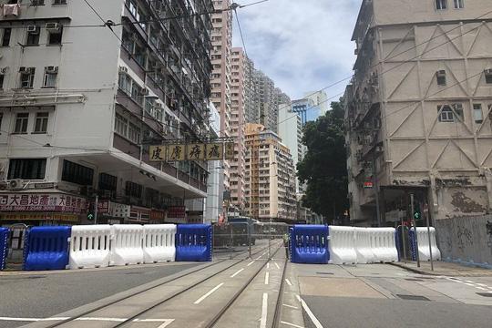 Hồng Kông siết chặt an ninh, người biểu tình thách thức cảnh sát - Ảnh 3.
