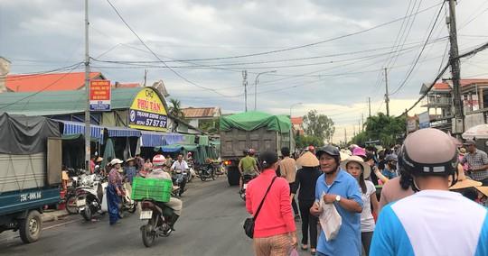 Thót tim cảnh hàng trăm người họp chợ giữa quốc lộ - Ảnh 1.
