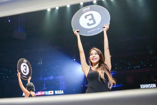 Những Ring Girl nóng bỏng trên sàn đấu ONE Championship - Ảnh 6.