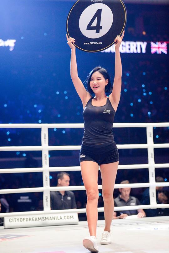Những Ring Girl nóng bỏng trên sàn đấu ONE Championship - Ảnh 8.