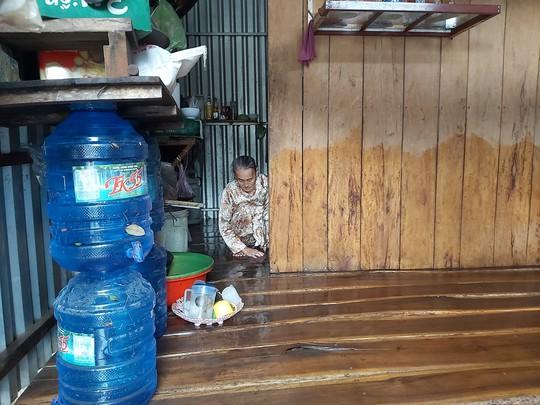 """Nước """"lũ"""" rút, nhiều nhà dân ở Phú Quốc tan hoang - Ảnh 1."""