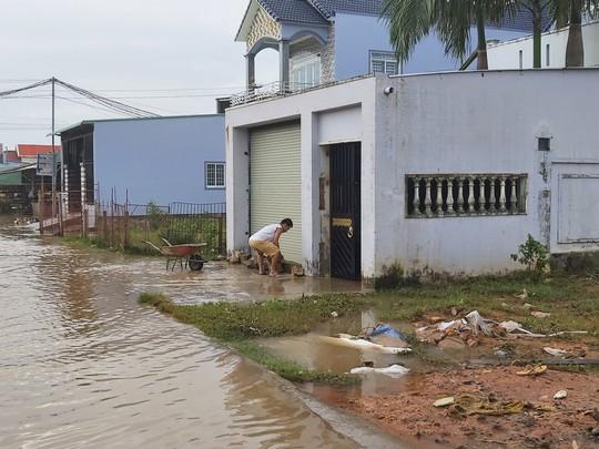 """Nước """"lũ"""" rút, nhiều nhà dân ở Phú Quốc tan hoang - Ảnh 6."""