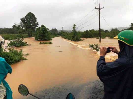 Lâm Đồng: Mưa lớn gây sạt lở đất, cô lập nhiều nơi - Ảnh 4.