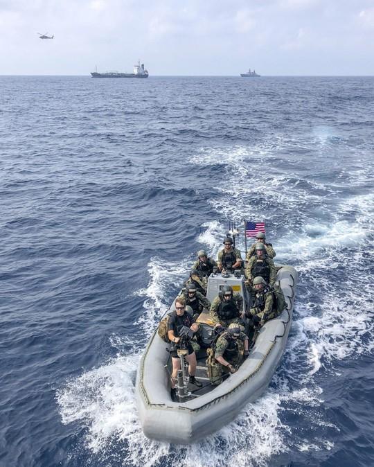 Cận cảnh đặc nhiệm hải quân ASEAN-Mỹ diễn tập truy bắt nghi phạm trên tàu - Ảnh 4.