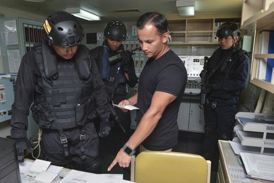 Cận cảnh đặc nhiệm hải quân ASEAN-Mỹ diễn tập truy bắt nghi phạm trên tàu - Ảnh 3.