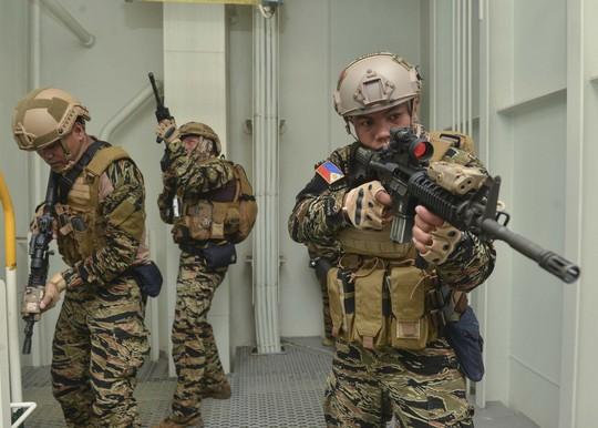 Cận cảnh đặc nhiệm hải quân ASEAN-Mỹ diễn tập truy bắt nghi phạm trên tàu - Ảnh 11.