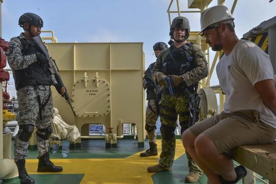 Cận cảnh đặc nhiệm hải quân ASEAN-Mỹ diễn tập truy bắt nghi phạm trên tàu - Ảnh 14.