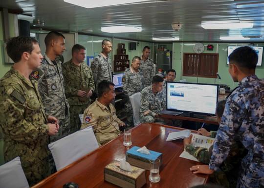 Cận cảnh đặc nhiệm hải quân ASEAN-Mỹ diễn tập truy bắt nghi phạm trên tàu - Ảnh 15.