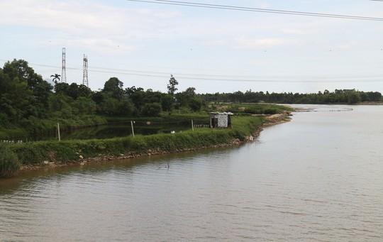 Đà Nẵng: Sông Cu Đê bị bóp nghẹt bởi hàng chục hồ nuôi tôm không phép - Ảnh 2.