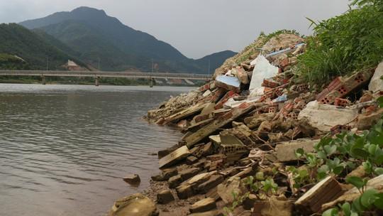 Đà Nẵng: Sông Cu Đê bị bóp nghẹt bởi hàng chục hồ nuôi tôm không phép - Ảnh 5.