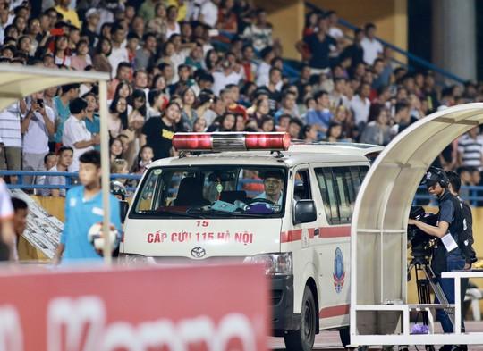 CLIP: CĐV Nam Định làm loạn, 1 phụ nữ nhập viện vì trúng pháo sáng - Ảnh 3.