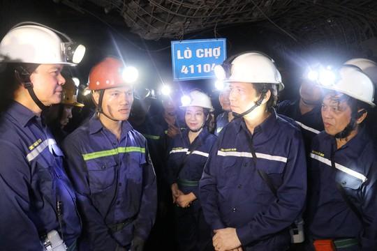 Chủ tịch Tổng LĐLĐ Việt Nam xuống hầm lò  -140 m để nghe tâm tư của thợ lò về tăng tuổi nghỉ hưu  - Ảnh 3.