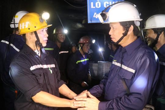 Chủ tịch Tổng LĐLĐ Việt Nam xuống hầm lò  -140 m để nghe tâm tư của thợ lò về tăng tuổi nghỉ hưu  - Ảnh 4.