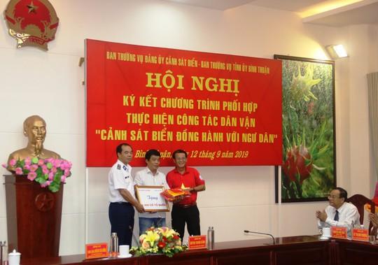 Trao 1000 lá cờ Tổ quốc cho ngư dân Bình Thuận - Ảnh 1.