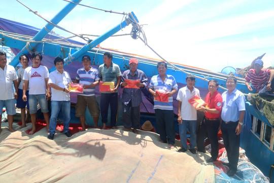 Trao 1000 lá cờ Tổ quốc cho ngư dân Bình Thuận - Ảnh 2.
