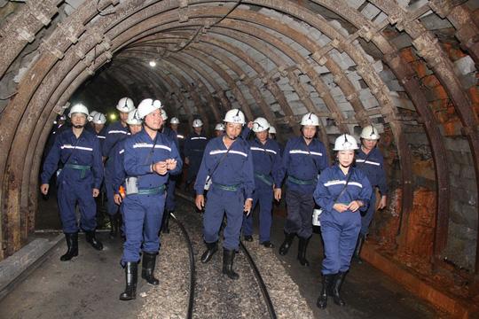 Chủ tịch Tổng LĐLĐ Việt Nam xuống hầm lò  -140 m để nghe tâm tư của thợ lò về tăng tuổi nghỉ hưu  - Ảnh 2.
