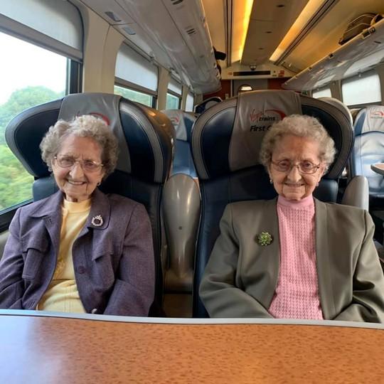 Cặp sinh đôi cao tuổi nhất nước Anh tiết lộ bí quyết sống lâu - Ảnh 3.