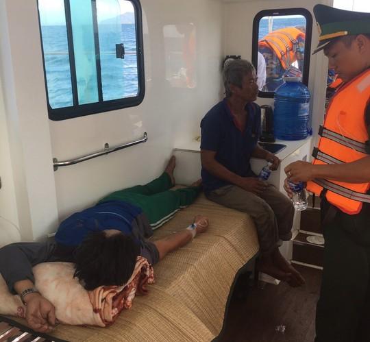 Thuyền trưởng tử vong, 4 ngư dân ngộ độc khi đang hành nghề trên biển - Ảnh 2.