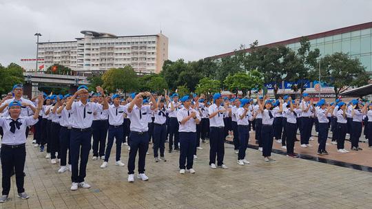 Giới trẻ Cần Thơ đội mưa cổ vũ Nguyễn Bá Vinh thi chung kết Đường lên đỉnh Olympia - Ảnh 4.