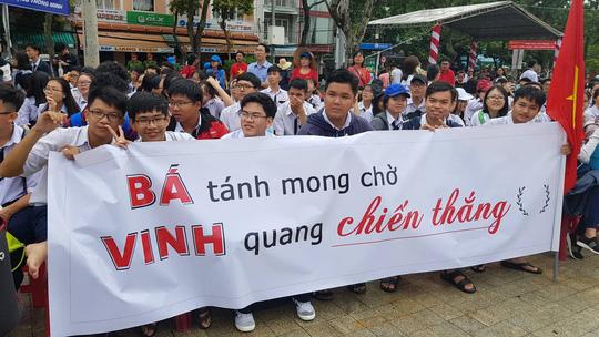 Giới trẻ Cần Thơ đội mưa cổ vũ Nguyễn Bá Vinh thi chung kết Đường lên đỉnh Olympia - Ảnh 13.