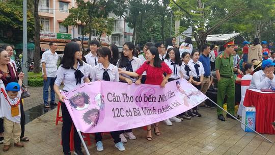 Giới trẻ Cần Thơ đội mưa cổ vũ Nguyễn Bá Vinh thi chung kết Đường lên đỉnh Olympia - Ảnh 14.