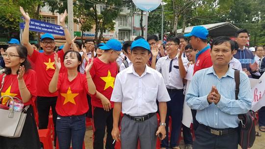 Giới trẻ Cần Thơ đội mưa cổ vũ Nguyễn Bá Vinh thi chung kết Đường lên đỉnh Olympia - Ảnh 6.