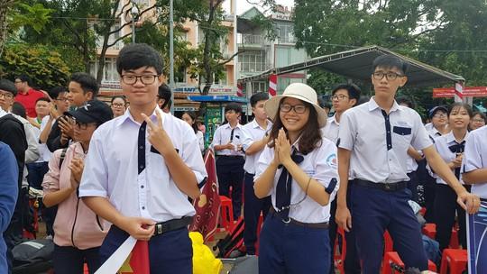 Giới trẻ Cần Thơ đội mưa cổ vũ Nguyễn Bá Vinh thi chung kết Đường lên đỉnh Olympia - Ảnh 7.