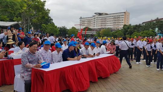 Giới trẻ Cần Thơ đội mưa cổ vũ Nguyễn Bá Vinh thi chung kết Đường lên đỉnh Olympia - Ảnh 9.