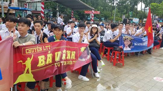Giới trẻ Cần Thơ đội mưa cổ vũ Nguyễn Bá Vinh thi chung kết Đường lên đỉnh Olympia - Ảnh 16.